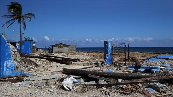20170919033532-vista-de-un-muro-destruido-junto-a-unos-postes-caxdos-hoyx-viernes-15-de-septiembrex-en-el-poblado-de-cojxmarx-en-la-habana-efe.jpg-1718483347.jpg